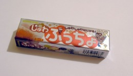 Японцы возмутились рекламой конфет с целующимися девочками
